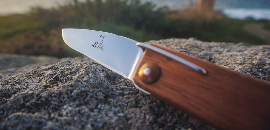 sharpen a knife with rock