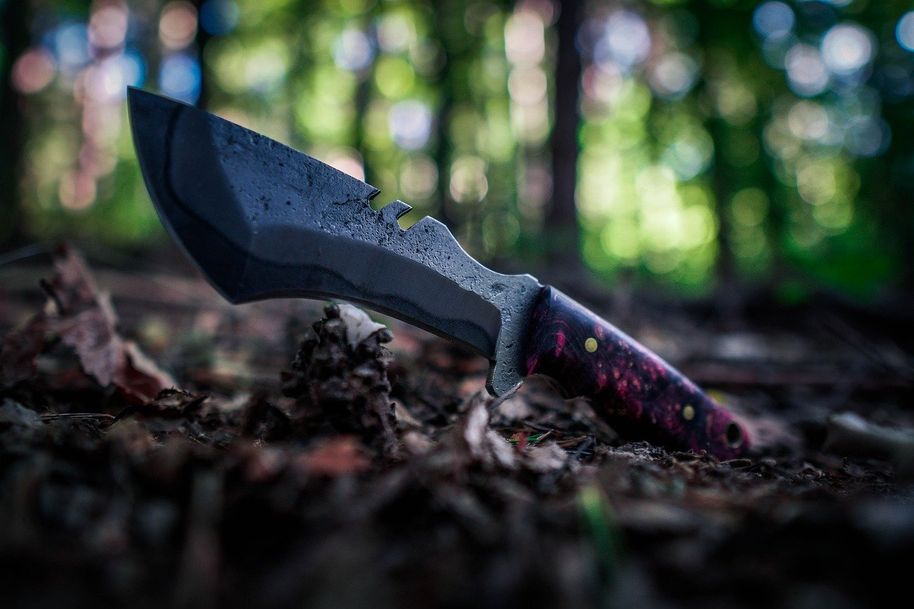 Survival Knife vs. Fighting Knife - Which one should you choose